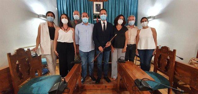 El nuevo alcalde de Castro, Julio Criado (centro), con su equipo de gobierno.