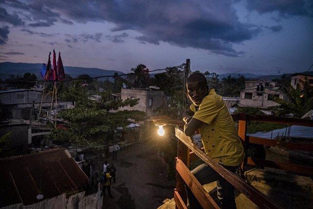 Archivo - Residente de Puerto Príncipe (Haití)