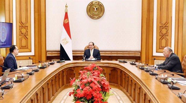 Archivo - El presidente de Egipto, Abdelfatá al Sisi (c), en una reunión con el primer ministro, Mostafá Madbuli (i), y el ministro de Exteriores, Samé Shukri