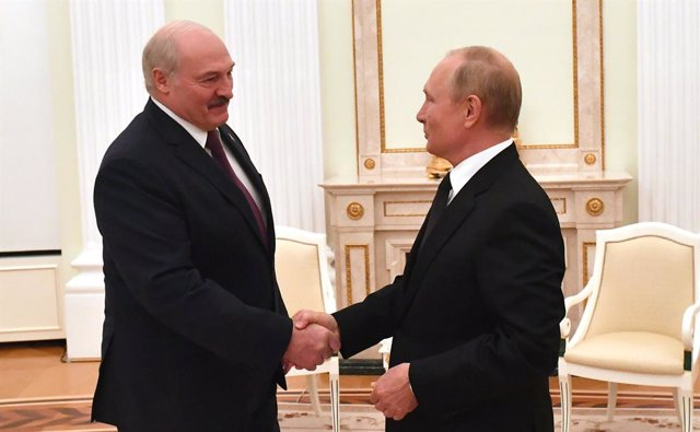 HANDOUT - 09 September 2021, Russia, Moscow: Russian President Vladimir Putin (R) shakes hands with Belarusian President Alexander Lukashenko during their meeting. Photo: -/Kremlin/dpa - ATTENTION: editorial use only and only if the credit mentioned above