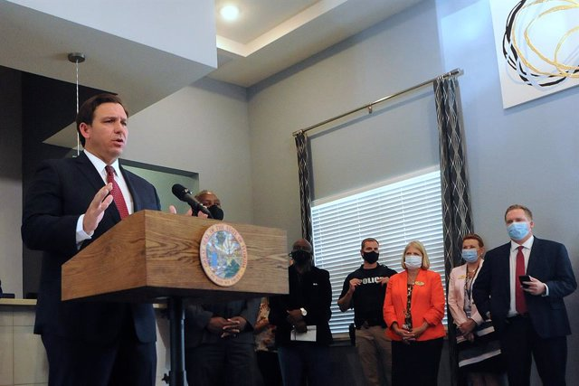Archivo - 17 July 2020, US, Apopka: Governor of Florida Ron DeSantis speaks during a press conference at Wellington Park Apartments to announce the release of 75 US million dollars in funding from The Coronavirus Aid for local governments to provide renta