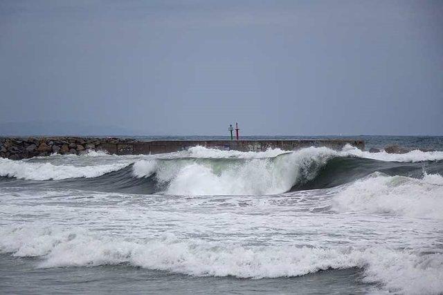 Archivo - Olas, temporal, frío, lluvia, mar