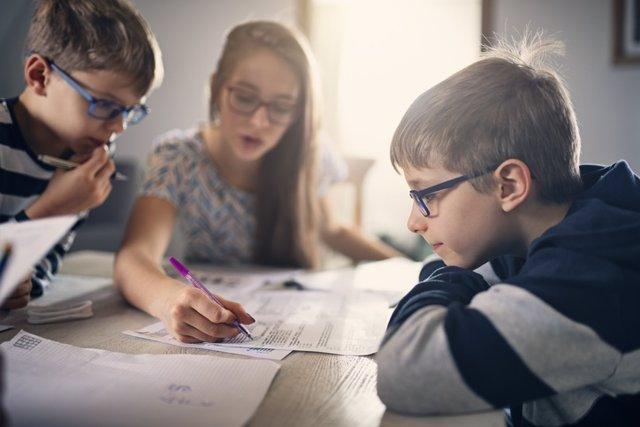 Archivo - Niños con gafas