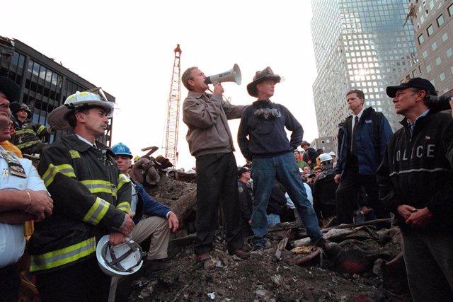 Archivo - George W. Bush entre los escombros de la Torres Gemelas