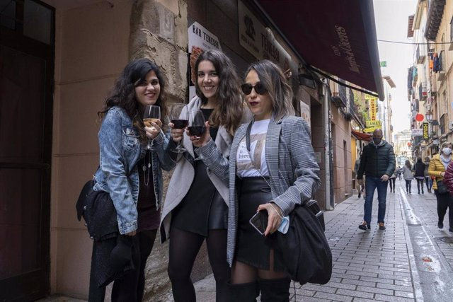 Archivo - Tres chicas con copas de vino durante el primer día de reapertura de la hostelería en Logroño