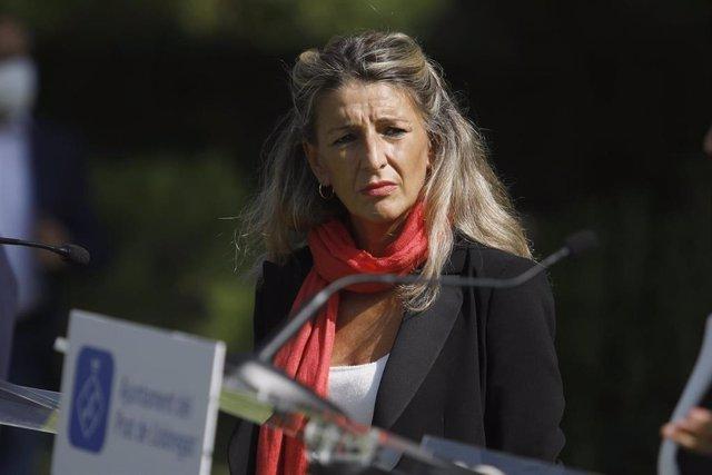 La vicepresidenta segunda y ministra de Trabajo y Economía Social, Yolanda Díaz, durante su visita al espacio protegido de la Ricarda, en El Prat de Llobregat, a 9 de septiembre de 2021, en Barcelona, Cataluña (España).