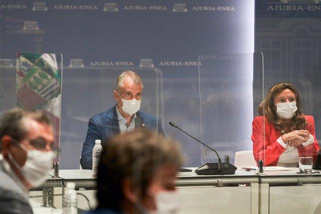La consejera de Salud del Gobierno Vasco, Gotzone Sagardui, y el lehendakari, Iñigo Urkullu, durante una reunión del Comité Asesor del Plan de Protección Civil de Euskadi (LABI)