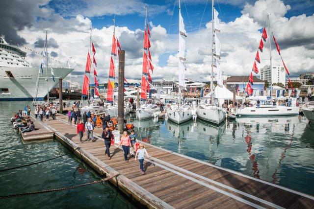 Turistas en un puerto deportivo