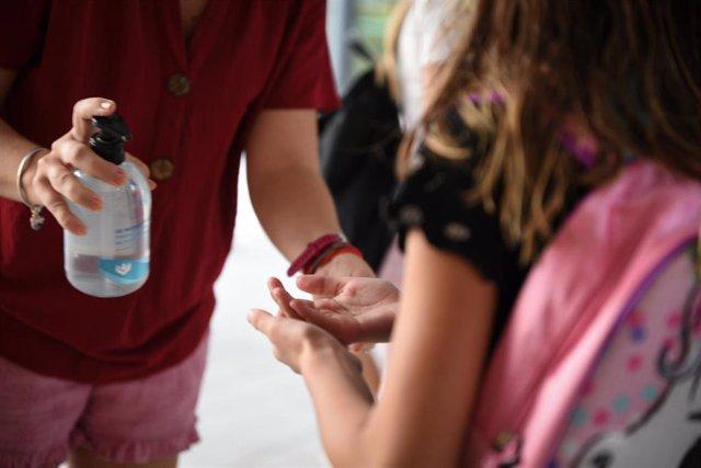 Una niña se echa gel hidroalcohólico en un colegio de València