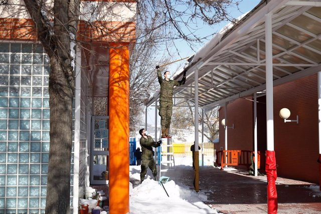 Archivo - Dos militares de la Unidad Militar de Emergencias (UME) retirando nieve tras el paso de la borrasca Filomena el pasado mes de enero