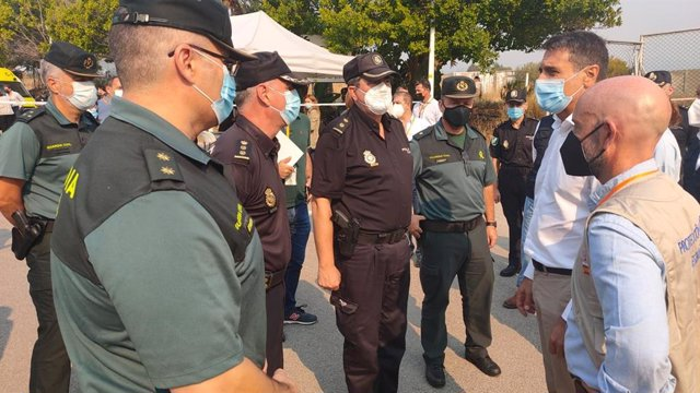 El delegado del Gobierno en Andalucía, Pedro Fernández, en el puesto de mando del incendio de Sierra Bermeja
