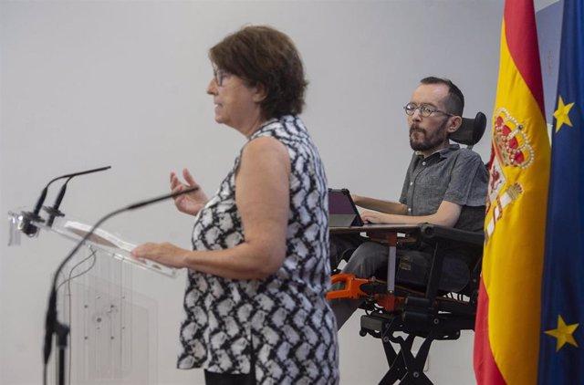Archivo - El portavoz de Unidas Podemos en el Congreso, Pablo Echenique, y la portavoz de Sanidad de Unidas Podemos en el Congreso, Rosa Medel, intervienen en una rueda de prensa en el Congreso de los Diputados, a 1 de julio de 2021, en Madrid (España). D