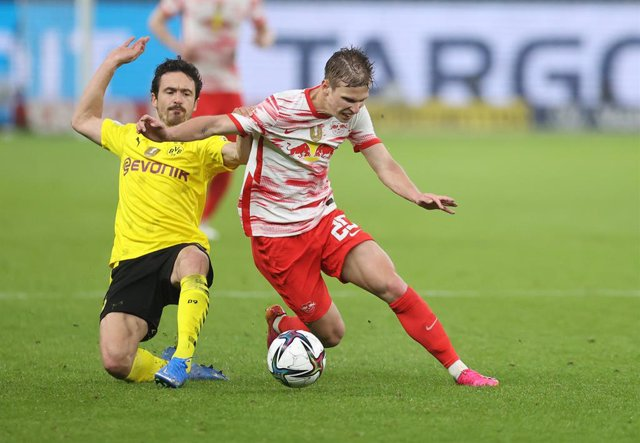Archivo - 13 May 2021, Berlin: Dortmund's Thomas Delaney and Leipzig's Dani Olmo (R) in action during the German Cup (DFB Pokal) final soccer match between RB Leipzig and Borussia Dortmund at the Olympic Stadium. Photo: Jan Woitas/dpa-Pool/dpa - IMPORTANT
