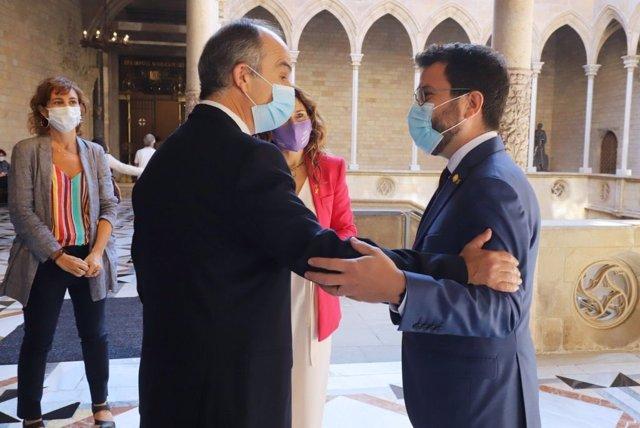 El president de la Generalitat, Pere Aragonès, saluda l'exconseller Jordi Turull acompanyat de la consellera de Presidència, Laura Vilagrà