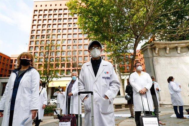 Archivo - Trabajadores sanitarios participan con una maleta como signo de protesta durante una concentración, a 20 de abril de 2021, en Madrid, (España). El encuentro, organizado por el sindicato médico Amyts, partirá desde el Ministerio de Sanidad hasta