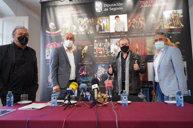 De izquierda a derecha: el director del Teatro Juan Bravo, Marco Costa; el presidente de la Diputación de Segovia, Miguel Ángel de Vicente; el actor Fernando Cayo, y el diputado de Cultura, José María Bravo.