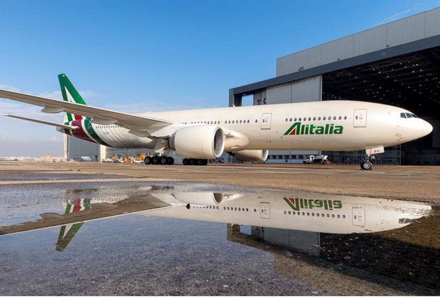 Archivo - Avión de Alitalia