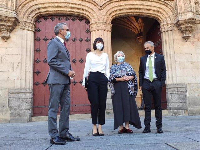 La ministra de Ciencia e Innovación, Diana Morant, segunda por la izquierda, junto al delegado del Gobierno en Castilla y León, Javier Izquierdo, la subdelegada del Gobierno en Salamanca, Encarnación Pérez, y el rector de la USAL, Ricardo Rivero.