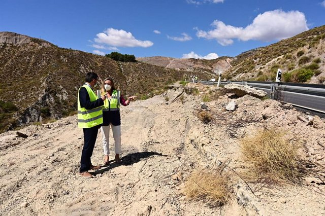 La consejera de Fomento, Infraestructuras y Ordenación del Territorio, Marifrán Carazo, visita las obras de emergencia para atajar los desprendimientos en la A-348 entre Cádiar y Yátor.