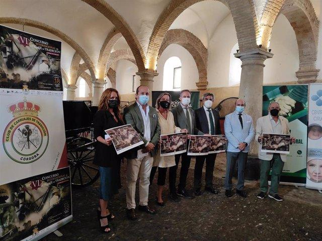 El delegado de Turismo de la Junta en Córdoba, Ángel Pimentel (centro), junto a la primera teniente, Isabel Albás (tercera por la izda.), y la concejal de Promoción de la Ciudad, Marián Aguilar (primera), en la presentación del VI CIAT Ciudad de Córdoba.