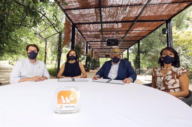 Archivo - Firma de acuerdo entre Repsol y Huerta Carabaña