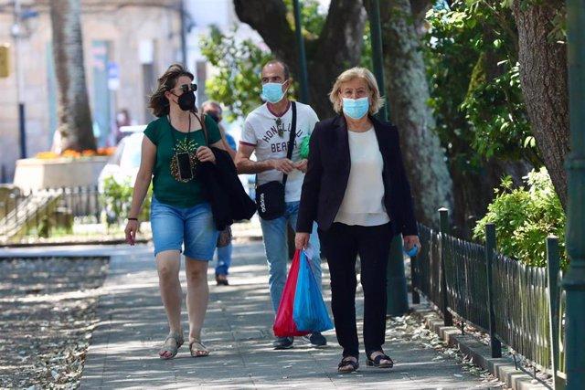 Archivo - Un grupo de personas pasea por el recinto donde se suele celebrar la Festa do Albariño, a 28 de julio de 2021, en Cambados, Pontevedra