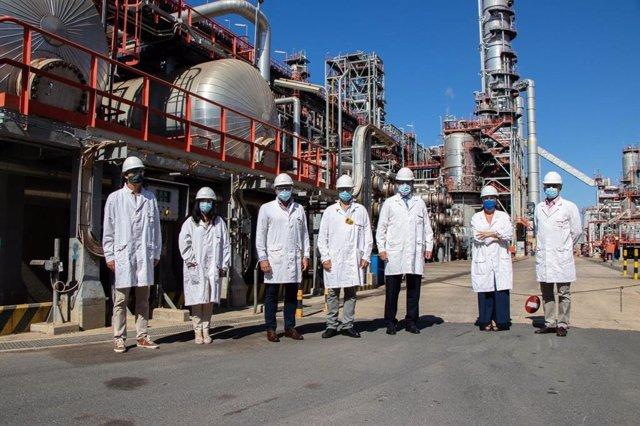 Visita de representantes de Vox a la refinería de Cepsa en La Rábida (Huelva).