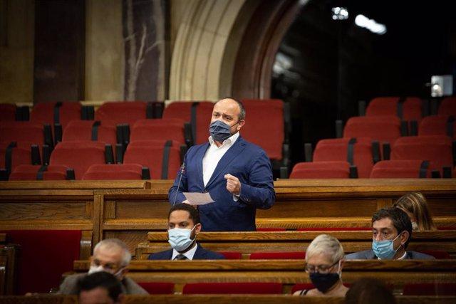 Imagen de archivo - El líder del PP en Catalunya, Alejandro Fernández, interviene en una sesión plenaria en el Parlament de Catalunya, a 21 de julio de 2021, en Barcelona, Catalunya (España).