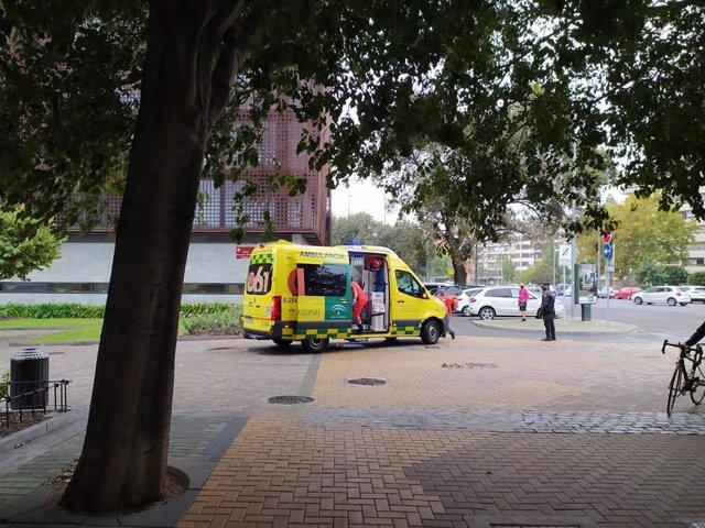 Archivo - Una ambulancia durante la prestación de un servicio en Córdoba.