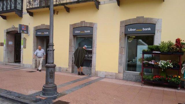 Archivo - La oficina de Cajastur en Ribadesella ha sido la primera de las sedes de la marca regional de Liberbank en adaptar sus instalaciones a la nueva imagen de la entidad bancaria.