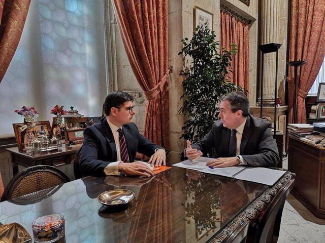 Archivo - El alcalde de Sevilla, Juan Espadas (PSOE), y el portavoz de Cs, Álvaro Pimentel, en una imagen de archivo