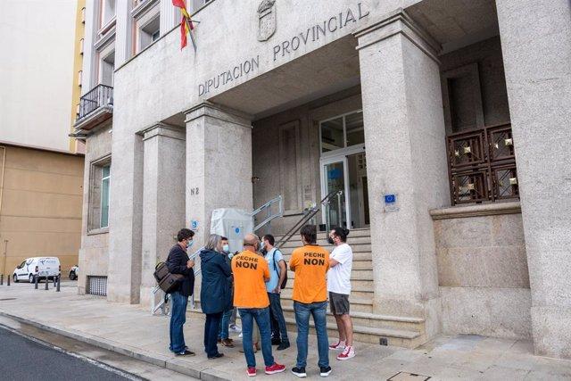 Representantes del comité de empresa de Alu Ibérica en A Coruña a las puertas de la Diputación coruñesa con motivo del debate de una moción en apoyo a la plantilla