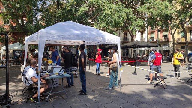 Punt mòbil de vacunació a la plaça del Sortidor del barri del Poble-sec de Barcelona
