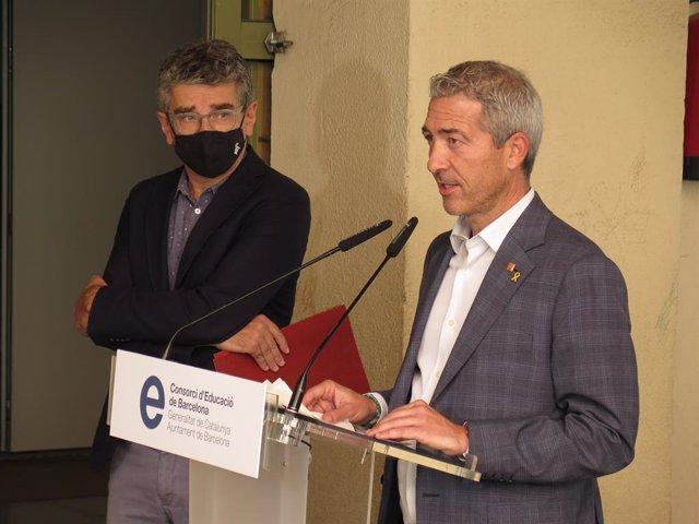 El conseller d'Educació de la Generalitat i president del Consorci d'Educació de Barcelona, Josep Gonzàlez-Cambray, en la conferència de premsa i, darrere, el tinent d'alcalde d'Educació de l'Ajuntament, Jordi Martí