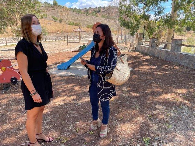 Ana Carrera e Isabel Moreno revisando actuaciones del Plan de Cooperación Local de Diputación en El Gastor.