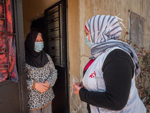 Archivo - Una trabajadora de MSF visita a una paciente en Hermel