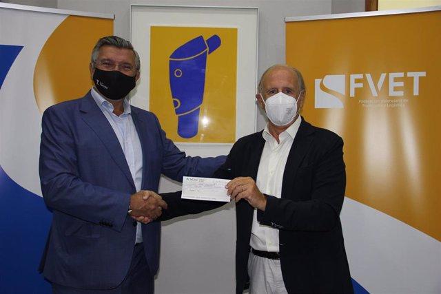El  presidente de FVET, Carlos Prades, entrega lo recaudado al  presidente de Casa Caridad, Luis Miralles