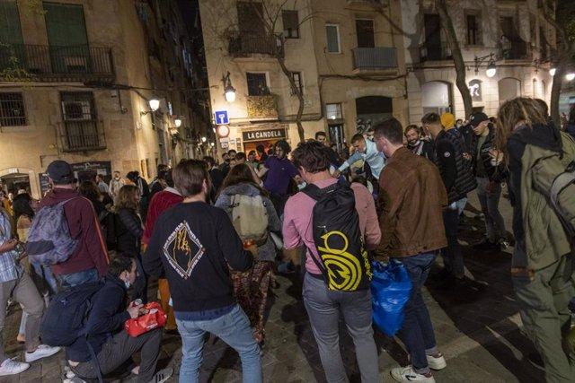 Archivo - Grupos de personas festejan en las calles de Barcelona durante el primer viernes sin toque de queda, a 14 de mayo de 2021, en Barcelona, Catalunya, (España).