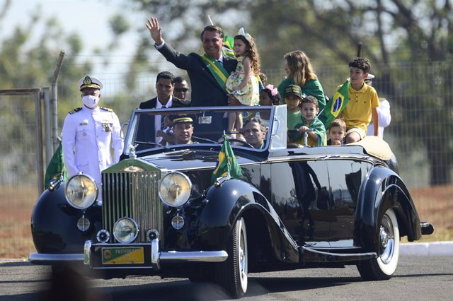07 September 2021, Brazil, Brasilia: Jair Bolsonaro (C), president of Brazil, rides in a car full of children and waves to his supporters during a ceremony on Brazil's Independence Day. Photo: Marcelo Camargo/Agencia Brazil/dpa - ACHTUNG: Nur zur redaktio