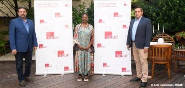 La cantante y compositora Buika posa junto al presidente de la SGAE, Antonio Onetti (izquierda) y Adrián Restrepo, director general de la entidad, en su sede central de Madrid.