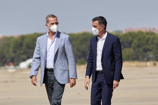 El Rey Felipe VI (i), y el presidente del Gobierno, Pedro Sánchez (d), durante una visita al dispositivo provisional preparado en la Base Aérea de Torrejón de Ardoz, a 28 de agosto de 2021, en Torrejón de Ardoz, Madrid, (España). El campamento se ha insta