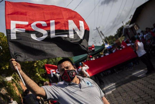 Archivo - Un simpatizante del Frente Sandinista de Liberación Nacional (FSLN) .