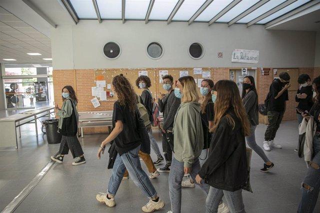 Archivo - Un grupo de estudiantes en los pasillos de la facultad de Comunicación de la Universidad de Sevilla, durante el inicio de las clases de forma escalonada. En Sevilla, (Andalucía, España), a 05 de octubre de 2020.