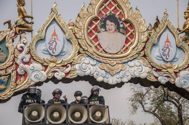 Archivo - La Policía tailandesa junto al Monumento a la Democracia de Bangkok.