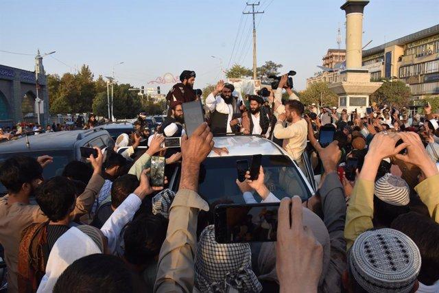 Milicianos talibán en Mazar e Sharif