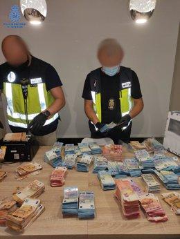 Agentes de la Policía Nacional junto al material intervenido durante una operación contra el tráfico de drogas en Palma.