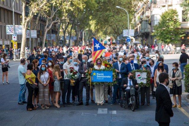 Ofrena conjunta de PDeCat i PNB davant el moment de Rafael Casanova a Barcelona per la Diada, encapçalada per Àngels Chacón, David Bonvehí (PDeCAT) i Estefanía Beltrán d'Heredia (PNB)