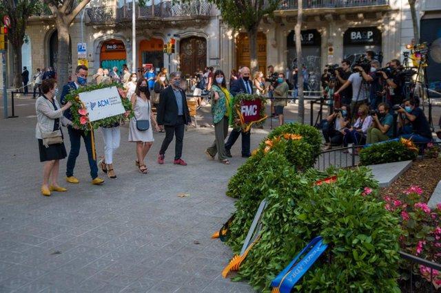 Ofrenda de la ACM ante el monumento de Rafael Casanova en Barcelona por la Diada, encabezada por el presidente y secretaria general, Lluís Soler y Joana Ortega