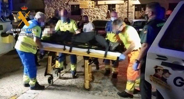 Imagen de la mujer accidentada junto a Guardia Civil y personal sanitario