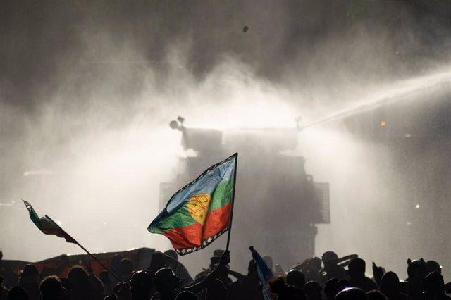 Archivo - Bandera Mapuche durante las manifestaciones contra el Gobierno en Chile